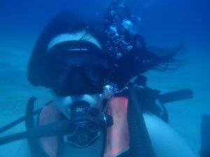 CAPTION: DIVING IN Sophomore Nicole Krampitz scuba dives in Roatán, Honduras over Spring Break. PHOTO PROVIDED BY NICOLE KRAMPITZ