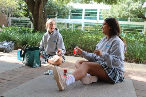 Eva Framjee and Emma Simons enjoying an outdoor lunch in Metzger Plaza. photo by Lauren Bailey.